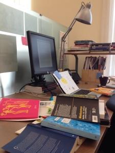 Kirjoittajan pöytä kaksi tuntia ennen erästä deadlinea. Ensimmäisessä tutkimuksessa käytetyt sotkuiset toimistotilat eivät alkupeärisjulkaisun kuvien mukaan olleet yhtään tämän sotkuisempia.
