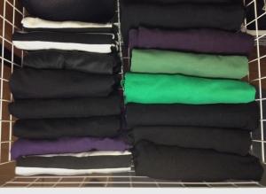Olen näköjään luontainen konmaristi, koska paitani ovat jo riveinä vetolaatikossa. Tosin Marie Kondon mukaan värien pitäisi liukua vaaleasta tummaan edestä taakse. En kyllä ajatellut paidat astellessani niidenhyvinvointia vaan sitä, että näen ne näin paremmin.