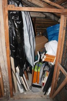 Ovesta ei mahdu sisään. Lasten luistimet ja monot löytyvät sinisestä kassista. Niiden pahvipakkaukset ovat toisessa vinttikopissa.