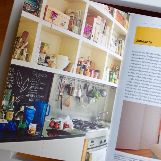 Sisustussuunnittelijan suositteleman keittiön säilytysratkaisu. Melko runsas, eikö? Kuva kirjasta Sisustajan toimivat säilytysratkaisut.