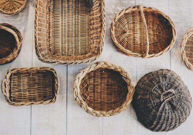 Villasukat, tuikut, pikkuautot –ajelehtimisen estämiseksi tavarat kannattaa laatikoida. Nelikulmainen säilytin säästää tilaa. Kauniit punoskorit voi varata esineille, joita pidetään esillä. Kuva: Pixabay.